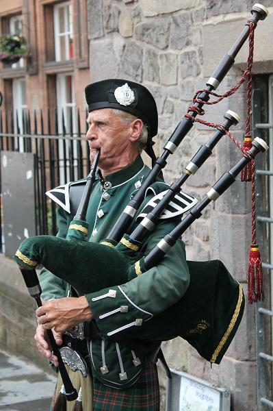 V mestu Edinburgh vas bo zvok dud vas bo spremljal tudi med sprehodom po ulicah